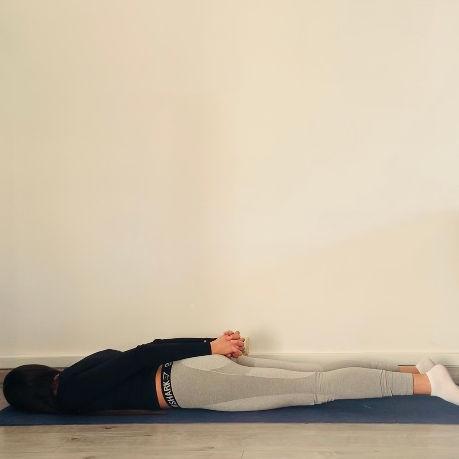 La posture du serpent ou Sarpānasa - Yoga - Etape 1