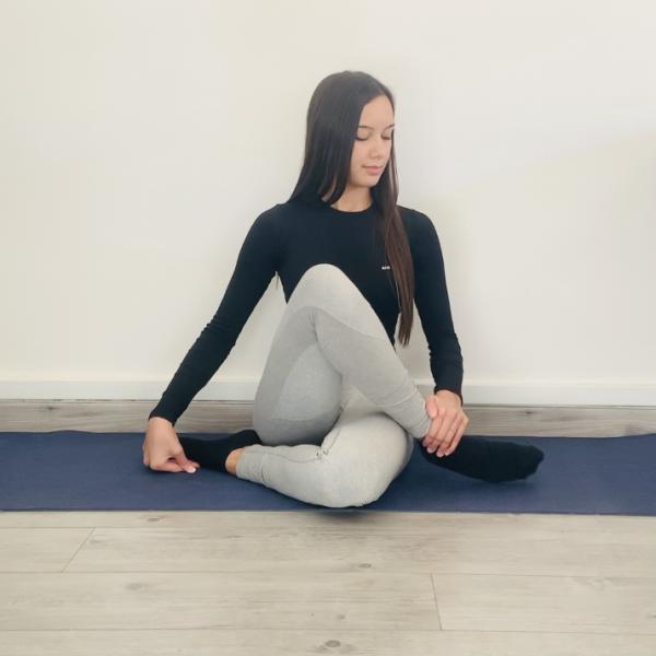 La héros ou Virāsana Guptāsana - Yoga - Etape 2
