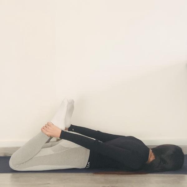 La posture de l'arc ou Dhanurāsana - Yoga - Etape 1