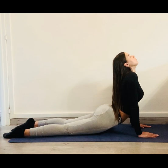 La posture du cobra ou  Bhujangāsana - Yoga - Etape 3