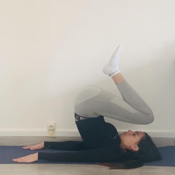 La posture de la chandelle ou  Sarvangāsana - Yoga - Etape 1