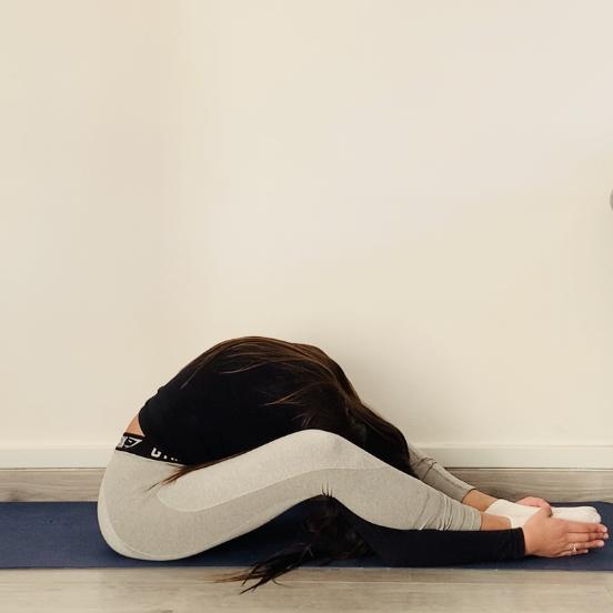 La posture de la tortue ou Kurmāsana - Yoga - Etape 2